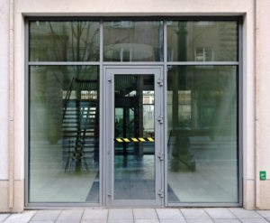 Glasfacade med indgangsparti